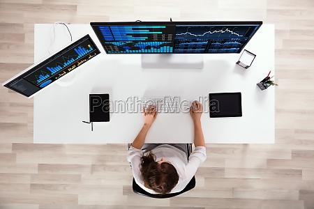boersenmakler analysieren graphen auf computer