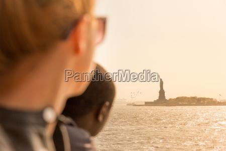 touristen mit blick auf statue of