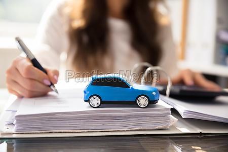 nahaufnahme eines kleinen blauen autos