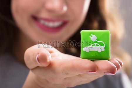 frau holding kubic block mit elektro