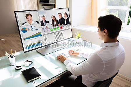 geschaeftsmann videokonferenzen am computer