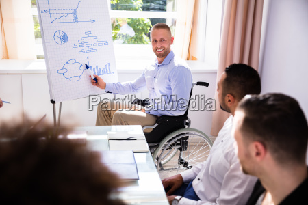 behinderter geschaeftsmann gibt praesentation