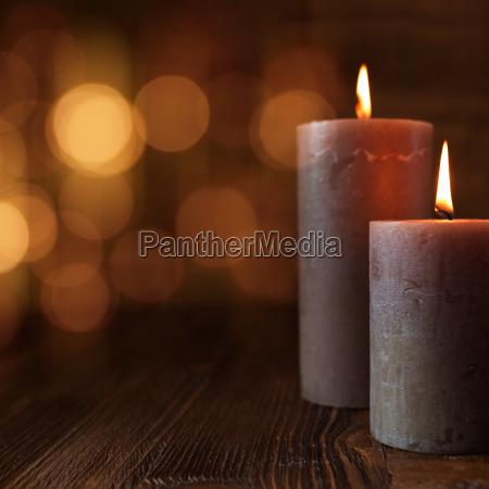 brennende kerzen und goldene lichter