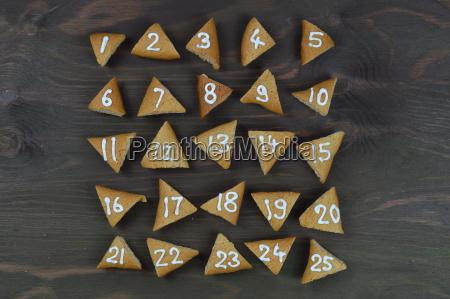 25 nummerierte und chronologisch sortierte adventskekse