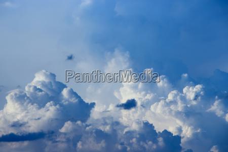grosse weisse wolke am blauen himmel