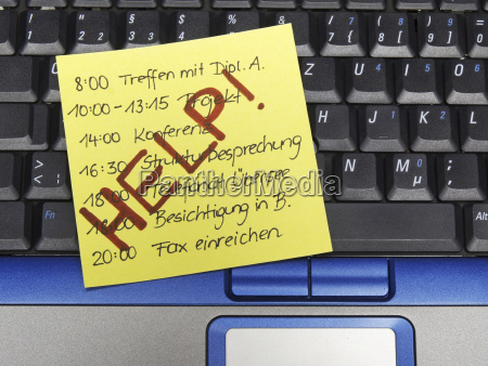 memo note auf notebook voller zeitplan