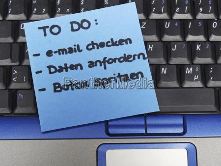 notiz auf dem notebook e mail