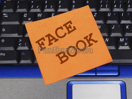 notiz auf notebook facebook