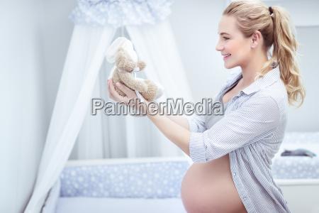 schwangere frau im kinderzimmer