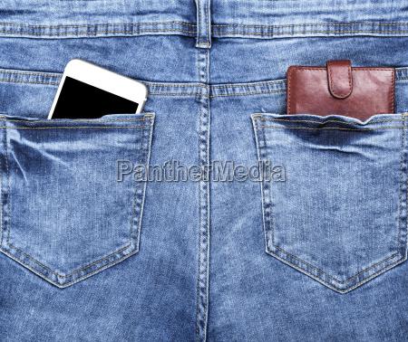 braunes ledergeldboerse und ein weisses smartphone