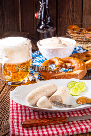 koestliche bayerische weisswurst mit suessem senf