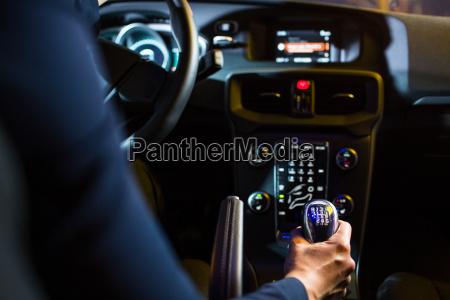 autofahren in der nacht huebsche junge
