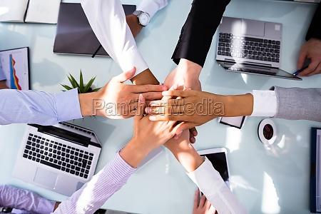 gruppe der unternehmer stapeln hands