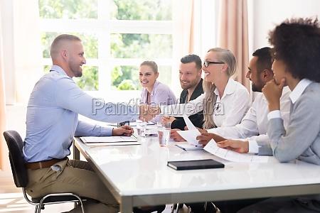 intervista affare affari lavoro professione scuotere