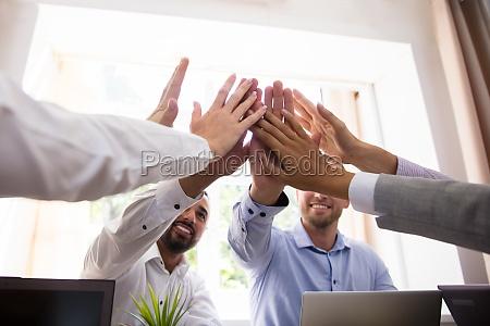 hand haende zusammenarbeit deal geschaeft business