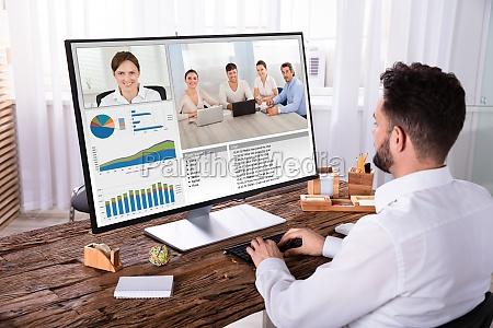 geschaeftsmann videokonferenzen mit seinen kollegen am
