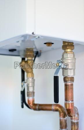 heizungsrohre an elektrischen kessel angeschlossen