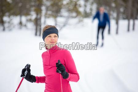 langlauf junge frau am wintertag langlauf