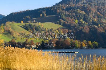 herbstlandschaft mit gemeinde in oberbayern nahe