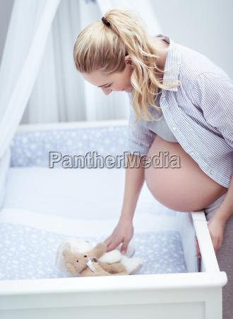 future mom bereitet kinderzimmer vor