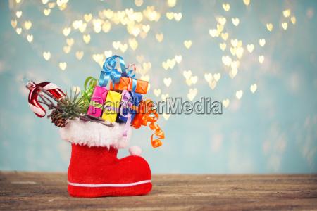 weihnachtszeit gefuellter roter weihnachtsmann schuh