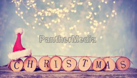 kette von holzbuchstaben mit weihnachten und