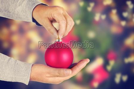 frauenhaende die roten weihnachtsball mit festlichem