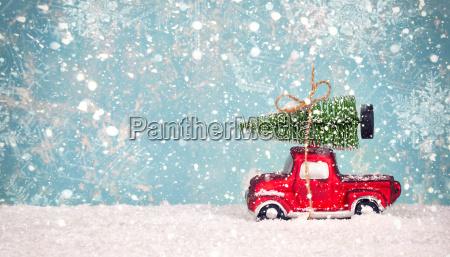 weihnachtsbaum auf spielzeugauto weihnachtsferien feier konzept