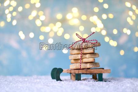 weihnachtstrick oder schlitten mit bunten weihnachtsgeschenken
