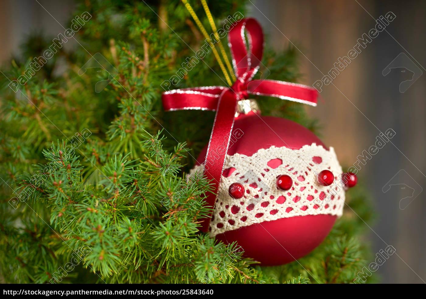 Dekoration Weihnachtsbaum.Lizenzfreies Foto 25843640 Roter Weihnachtsball Auf Weihnachtsbaum Dekoration Auf