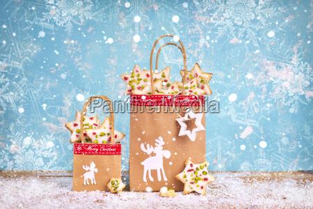handgemachte weihnachtsgeschenke mit papiertueten auf blauem