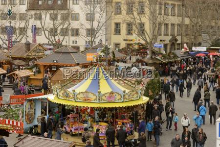 vogelperspektive von weihnachtsmarkt im stadtzentrum stuttgart