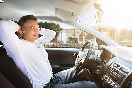 entspannte menschensitze im selbstfahrwagen