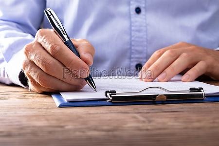 geschaeftsmann der vertrag unterzeichnet