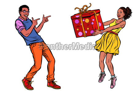 afrikanisches ehepaar mit geschenkbox