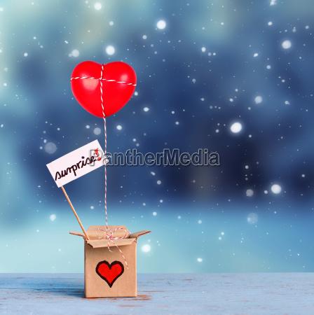 reizende geschenkbox mit rotem herzen und