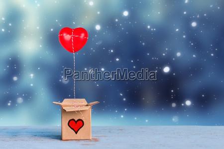 reizende geschenkbox mit rotem herzen auf