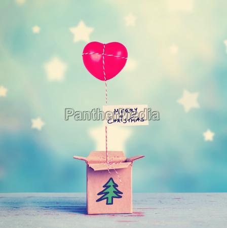 magische weihnachtsgeschenkbox geoeffnete geschenkbox mit rotem
