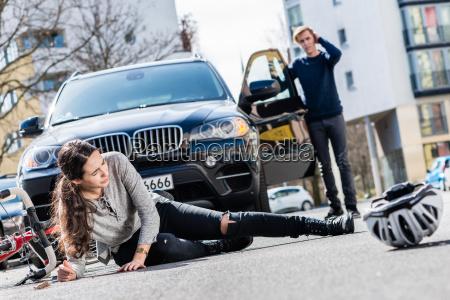 radfahrer mit ernsten verletzungen nach verkehrsunfall