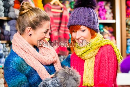 junge frauen im strickgeschaeft shopping mode