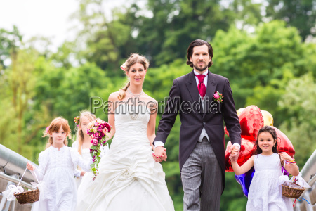 wedding couple with flower children on