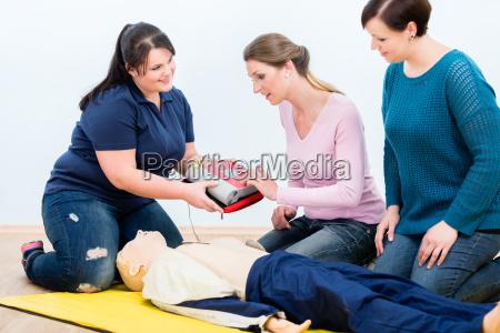 erste hilfe auszubildende lernen defibrillator fuer