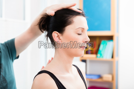 frau mit kopfmassage von physiotherapeuten