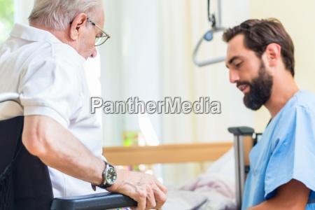 altenpflegerin hilft senior vom bett bis