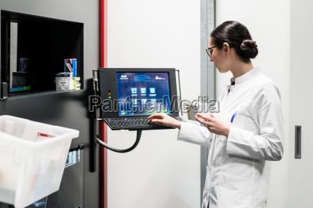apotheker der einen computer benutzt waehrend