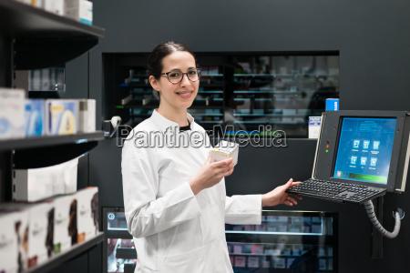 apotheker mit einem computer bei der