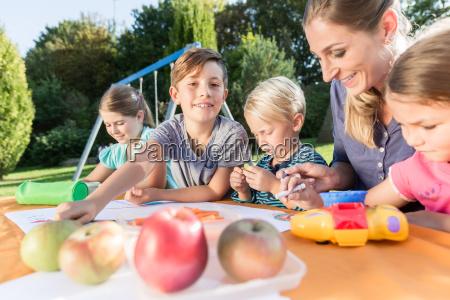 mama malt bilder mit ihren kindern