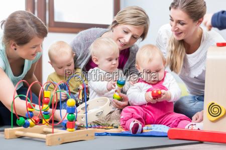 drei glueckliche muetter die ihren babys