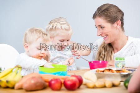 portraet einer gluecklichen mutter zweier kinder