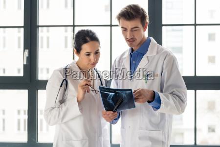 zwei junge engagierte doktoren die zusammen